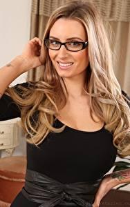 Hintergrundbilder Sammy Braddy Dunkelbraun Brille Blick Lächeln Hand Frisuren junge frau