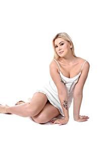 Bilder Sandra Blonde Frost Blondine Weißer hintergrund Kleid Hand Bein Tätowierung Sitzen Mädchens