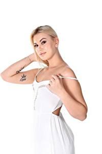 Bilder Sandra Blonde Frost Weißer hintergrund Blond Mädchen Blick Hand Tätowierung Kleid junge Frauen