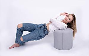 Bilder Posiert Jeans Bluse Starren Weißer hintergrund Sandrine Galarneau Mädchens