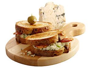 Hintergrundbilder Sandwich Brot Käse Oliven Weißer hintergrund Schneidebrett Lebensmittel
