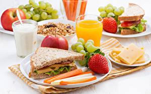 Fotos Sandwich Brot Erdbeeren Milch Saft Käse Weintraube Äpfel Frühstück Trinkglas
