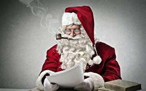 Bilder Weihnachtsmann Grauer Hintergrund Sitzend Rauch Barthaar Brille Mütze