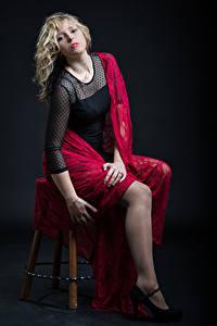 Fotos Blondine Stuhl Sitzend Posiert Kleid Starren Sara junge Frauen