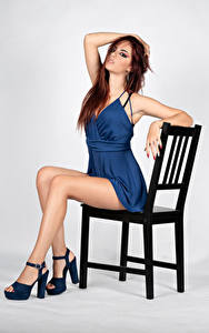 Bilder Stühle Sitzend Kleid Bein Blick Pose Sara junge frau