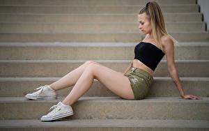 Bilder Treppe Seitlich Sitzt Shorts Bein Plimsoll Schuh Sara junge Frauen