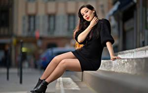 Bilder Unscharfer Hintergrund Treppe Sitzt Bein Kleid Sarah junge frau