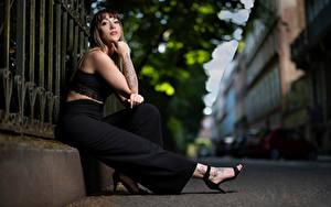 Fotos Sitzend Bokeh Hand Starren Sarah junge frau