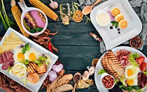 Fotos Wurst Käse Brot Eierkuchen Gemüse Kukuruz Zwiebel Knoblauch Schwarzer Pfeffer Fleischwaren Bretter Frühstück Spiegelei Geschnitten