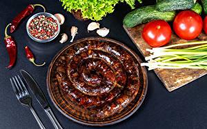Hintergrundbilder Wurst Tomaten Gurke Frühlingszwiebel Schwarzer Pfeffer Chili Pfeffer Knoblauch Messer Essgabel das Essen