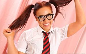 Bilder Scarlett T Only Rotschopf Zopf Brille Blick Lächeln Krawatte Mädchens