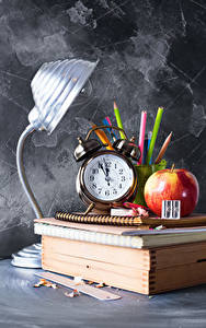 Papel de Parede Desktop Escola Relógio Maçãs Despertador Lâmpada Livros Lápis Caderno Desporto