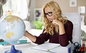 Bilder Schule Globus Blond Mädchen Brille Hand Sitzend junge frau