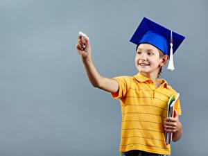 Hintergrundbilder Schule Grauer Hintergrund Junge Der Hut Lächeln Hand Kinder