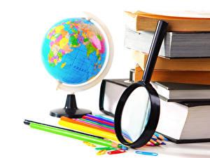 Bilder Schule Weißer hintergrund Globus Vergrößerungsglas Bleistift Buch
