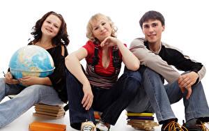 Hintergrundbilder Schule Weißer hintergrund Drei 3 Globus Buch Sitzend Junger Mann Mädchens