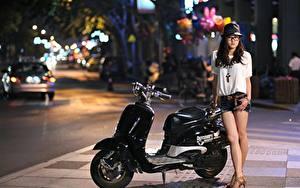 Bilder Motorroller Asiaten Stadtstraße Der Hut Brille Shorts Nacht Mädchens