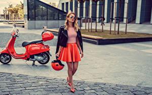 Hintergrundbilder Motorroller Blond Mädchen Brille Helm Rock Mädchens