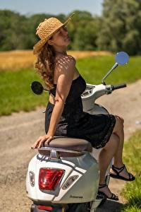 Hintergrundbilder Motorroller Der Hut Braunhaarige Kleid Sitzend Bein Pose junge Frauen