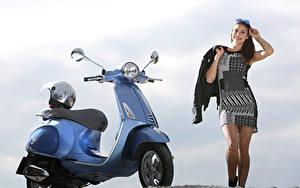 Desktop hintergrundbilder Motorroller Helm  Motorräder Mädchens