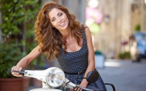 Bilder Motorroller Lächeln Braunhaarige Haar Isabella Mädchens