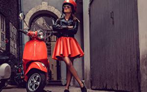Fotos Motorroller Motorradfahrer Rock Helm Brille Jacke junge Frauen