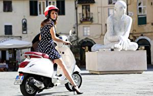 Hintergrundbilder Motorroller Weiß Helm Kleid Bein  Motorrad Mädchens