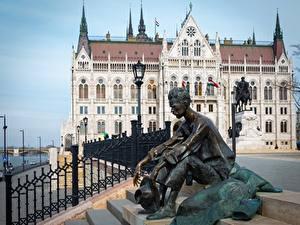 Desktop hintergrundbilder Skulpturen Mann Ungarn Budapest Sitzt Straßenlaterne Attila Jozsef, Parliament Städte