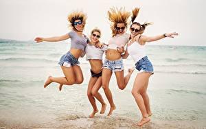 Hintergrundbilder Meer Strand Glückliches Erholung Brille Sprung Vier 4 Shorts Bein Mädchens
