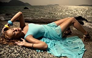 Bilder Meer Armreif Dunkelbraun Kleid Liegen Hand Bein Schöne junge frau