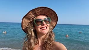 Fotos Meer Erholung Dunkelbraun Der Hut Brille Lächeln junge frau