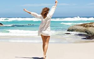 Bilder Meer Sommer Posiert Erholung Sand Bein Braune Haare Wind Mädchens