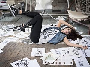 Hintergrundbilder Selena Gomez Blatt Papier Braune Haare Liegen Hand Bein Prominente Mädchens