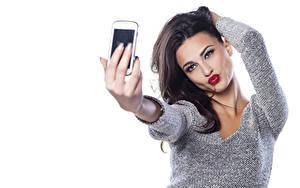 Hintergrundbilder Selfie Weißer hintergrund Brünette Posiert Starren Hand Sweatshirt Rote Lippen Mädchens