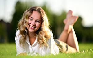 Desktop hintergrundbilder Liegen Gras Lächeln Haar Starren Bokeh Blondine Selina junge Frauen