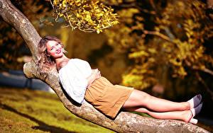 Fotos Baumstamm Liegen Bein Lächeln Rock Bluse Starren Unscharfer Hintergrund Selina