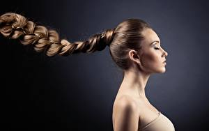 Hintergrundbilder Seitlich Grauer Hintergrund Zopf Dunkelbraun Braune Haare junge Frauen
