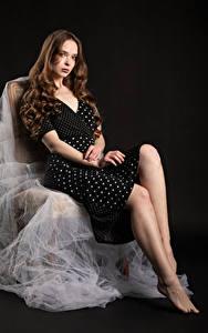 Hintergrundbilder Stühle Stuhl Sitzend Kleid Starren Blick Mädchens
