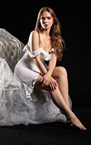 Hintergrundbilder Silvy Sirius Model Sessel Sitzen Kleid Bein Blick Pose Mädchens