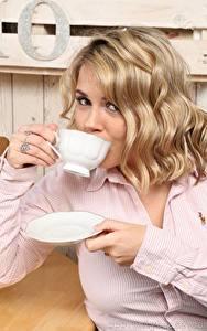 Fotos Siobhan Graves Blondine Starren Hand Becher Frisur junge Frauen