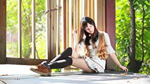 Bilder Sitzt Bein Long Socken Braune Haare Mädchens