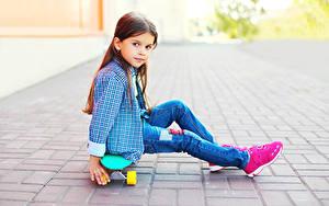 Hintergrundbilder Skateboard Kleine Mädchen Sitzend Blick Hemd Jeans Kinder