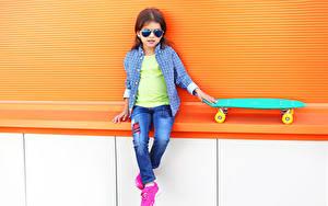 Hintergrundbilder Skateboard Kleine Mädchen Sitzt Brille Hemd Jeans kind
