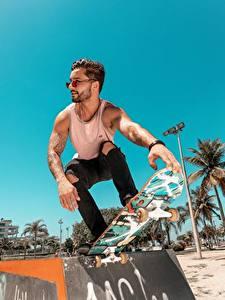 Hintergrundbilder Skateboard Mann Brille Unterhemd Hand Tätowierung Posiert Sport