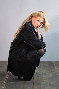 Bakgrunnsbilder Blond jente Posere Sitter Blikk Sladjana Unge_kvinner