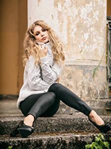 Fotos Blondine Sitzen Bein Sweatshirt Blick Sladjana Mädchens