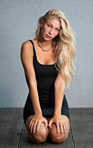 Bilder Blond Mädchen Sitzend Posiert Kleid Blick Hand Sladjana junge frau