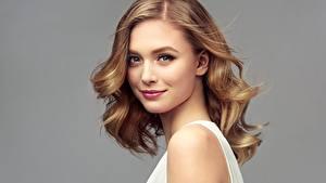 Hintergrundbilder Lächeln Model Braunhaarige Blick Schöne Grauer Hintergrund