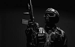 Fotos Soldaten Sturmgewehr Grauer Hintergrund Uniform Helm Brille Heer