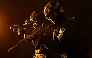 Bilder Soldat Sturmgewehr Zwei Uniform Brille Helm Militär